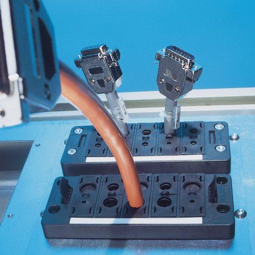 Treceri modulare montate pe tabloul electric in decupajul standard din dulapul de comanda Montare se face rapid cu suruburi sau prin inclichetare direct in Harting Wieland Rittal